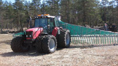 JKH Husdyrgjodselspredning med slangetilforsel og stripespreder pa traktor med tvillinghjul gir veldig lav jordbelastning