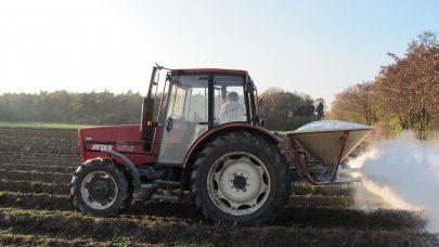 Traktor aker kalk